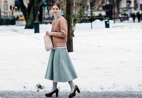 Розовые на белом: как и с чем носить летние платья зимой