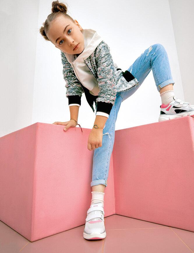 Свитшот и джинсы, Reserved; бомбер Guess; кроссовки, Geox; браслеты, SwarovskiСвитшот и джинсы, Reserved; бомбер Guess; кроссовки, Geox; браслеты, Swarovski