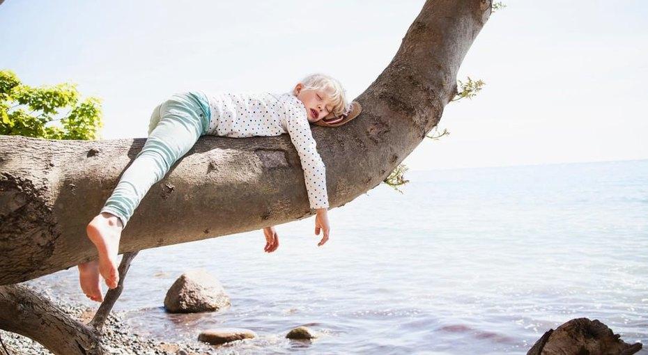 «Сорян! Мы никуда неидем. Саня заснул!» Как отдыхают молодые родители, если берут ссобой вотпуск детей