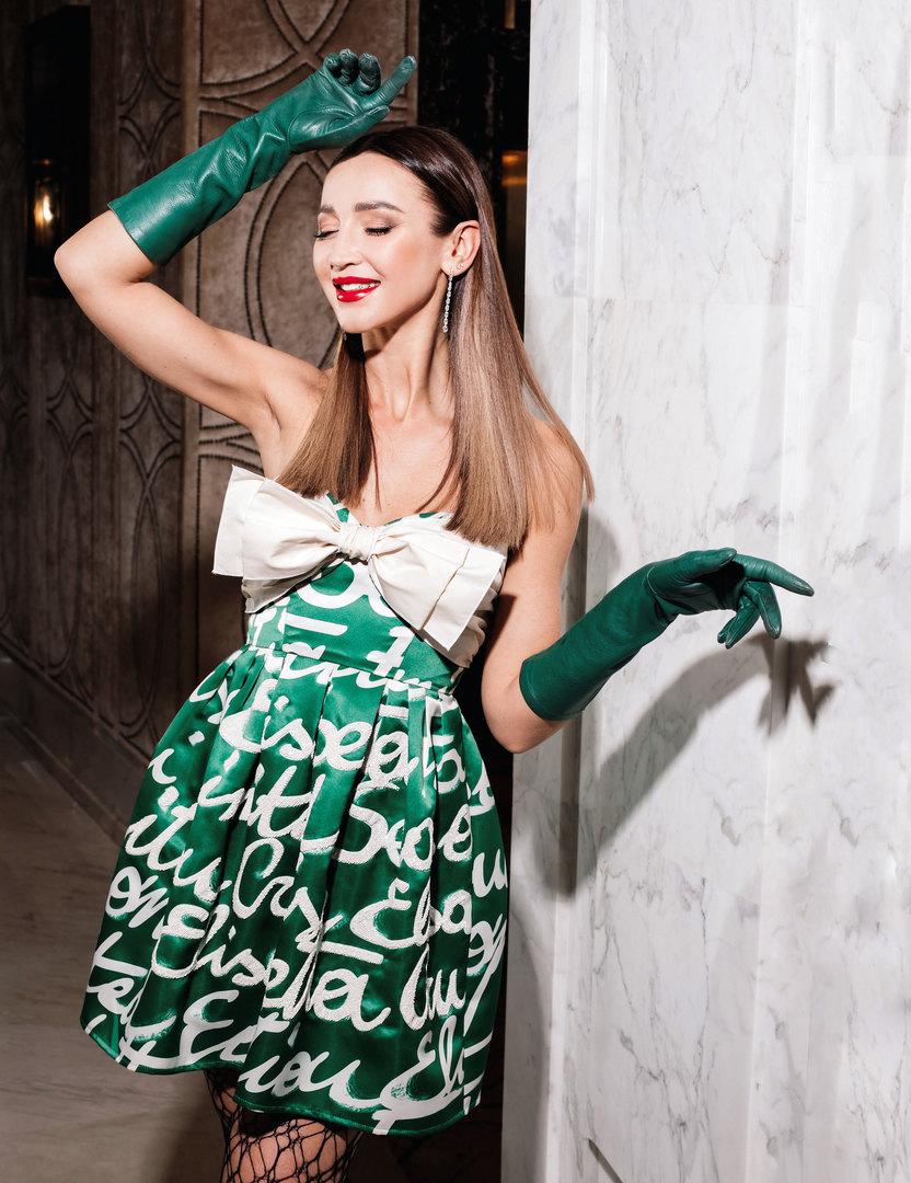 Платье Elisabetta Franchi; колготки FALKE; перчатки Escada; серьги SOKOLOV