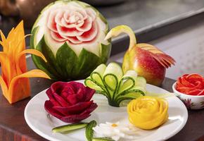 Огуречный веер, лилия из моркови и еще 6 способов украсить блюда на праздник