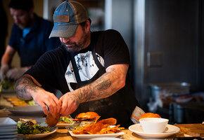 Адская кухня: гости кафе выручили повара, когда весь персонал не вышел на работу