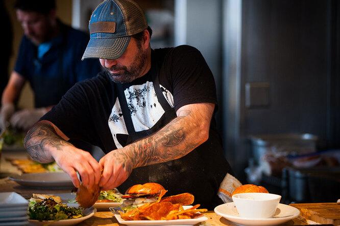 Адская кухня: гости кафе выручили повара, когда весь персонал невышел наработу