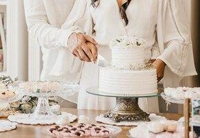 Невеста рассказала о грязной посуде на свадьбе. Организатор угрожает судом