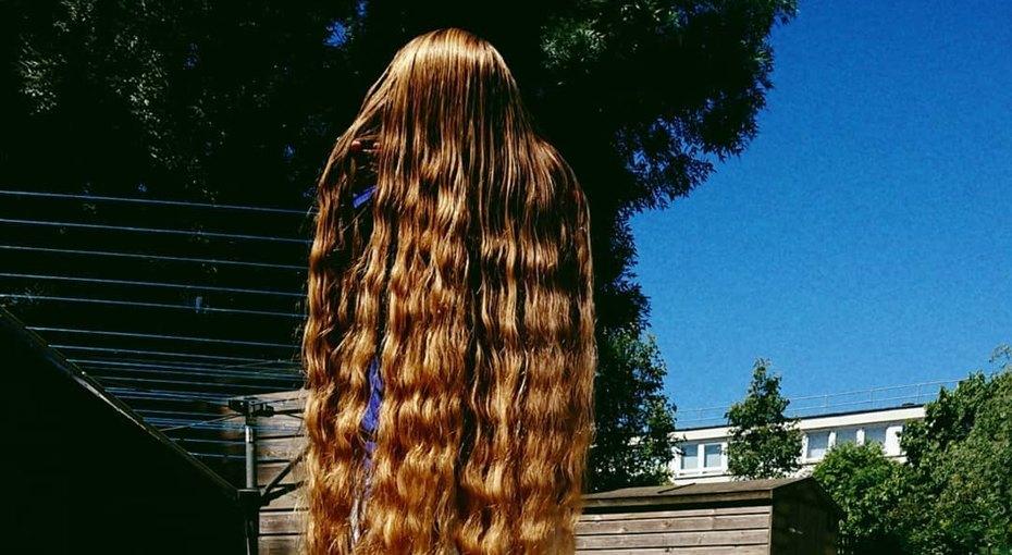 «В меня влюбляются из-за них»: 34-летняя женщина отрастила волосы длиной 150 см