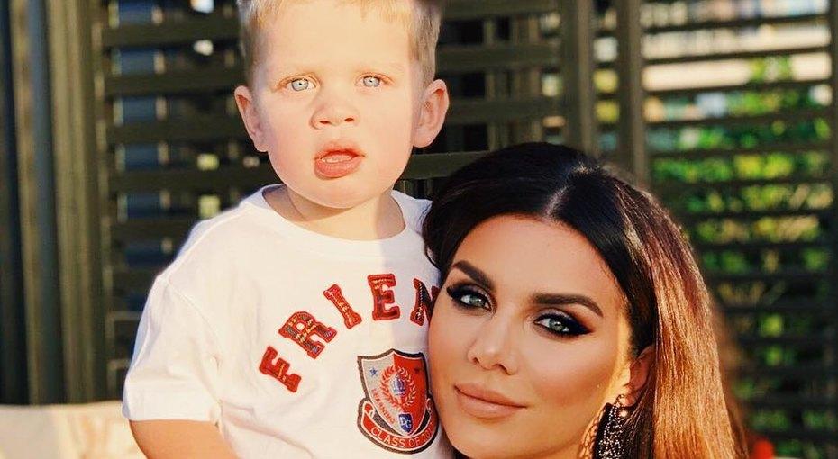 Анна Седокова показала двухлетнего сына Гектора напрогулке