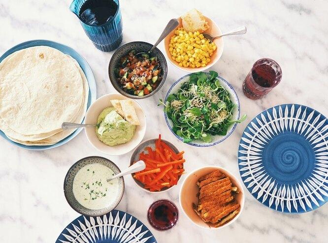 Салатники и тарелки с едой