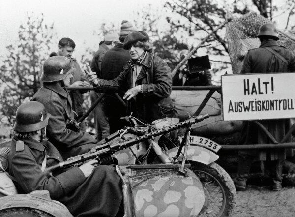 Бывшая летчица 46-го гвардейского Таманского авиационного женского полка ночных бомбардировщиков, Герой Советского Союза Евгения Жигуленко (в центре) на съемках фильма «Без права на провал», 1986 год.