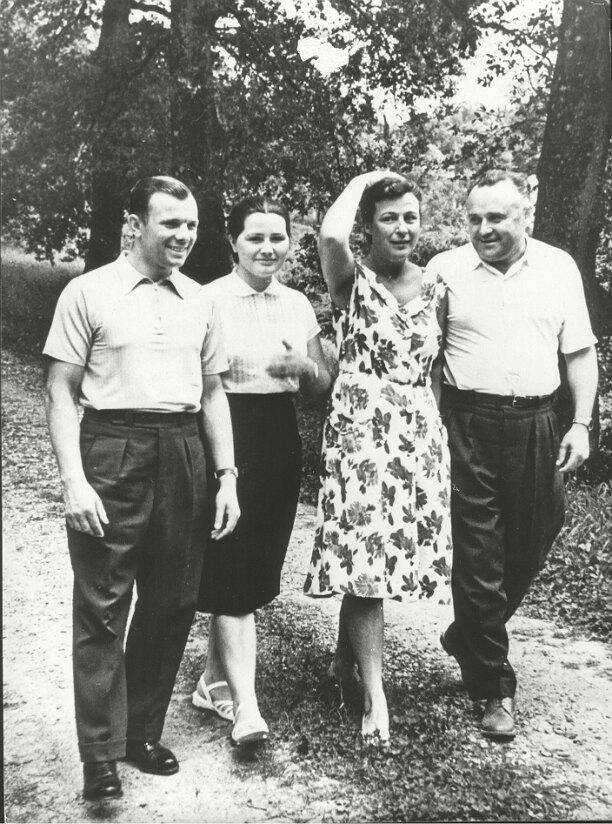 Юрий Гагарин с женой и друзьями на прогулке
