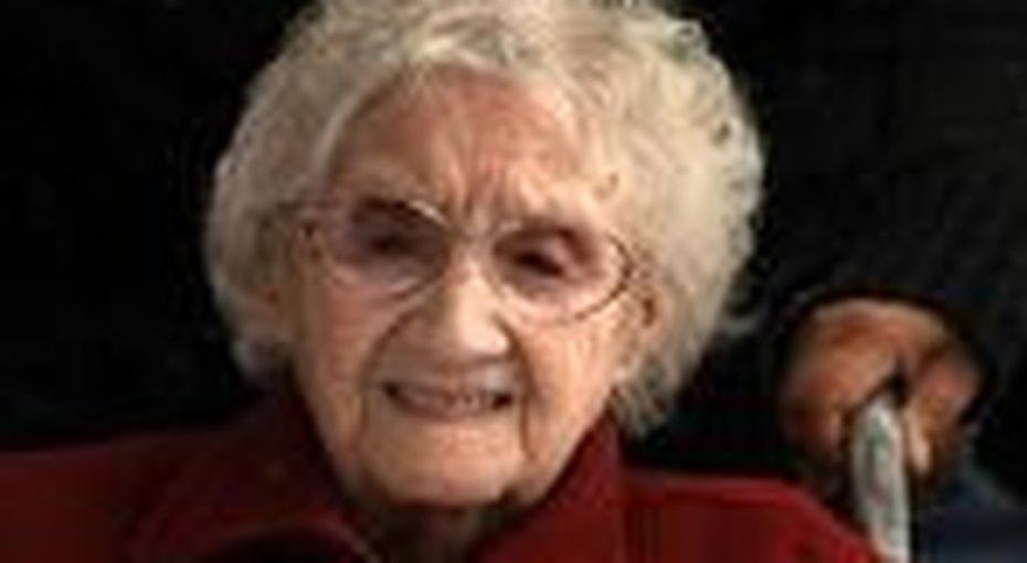 106-летняя англичанка наулице