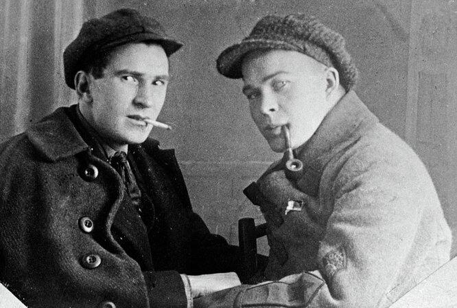 Аркадий Гайдар (справа) со своим другом журналистом С. Милицином