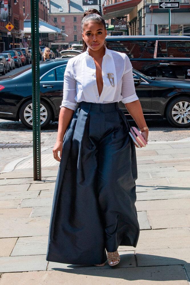 Девушка в широких брюках-палаццо