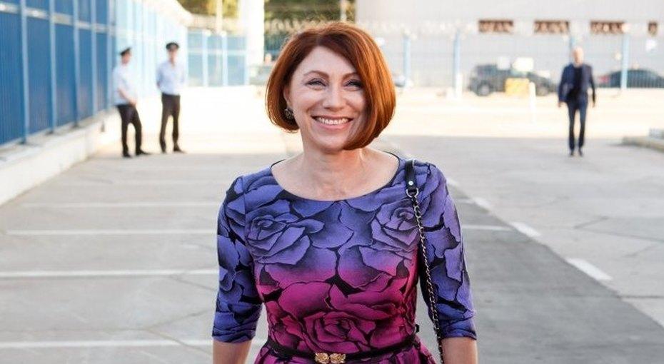 «Я редко хожу втренажерку»: босая Роза Сябитова впижаме показала утреннюю гимнастику, которую делает 50 лет