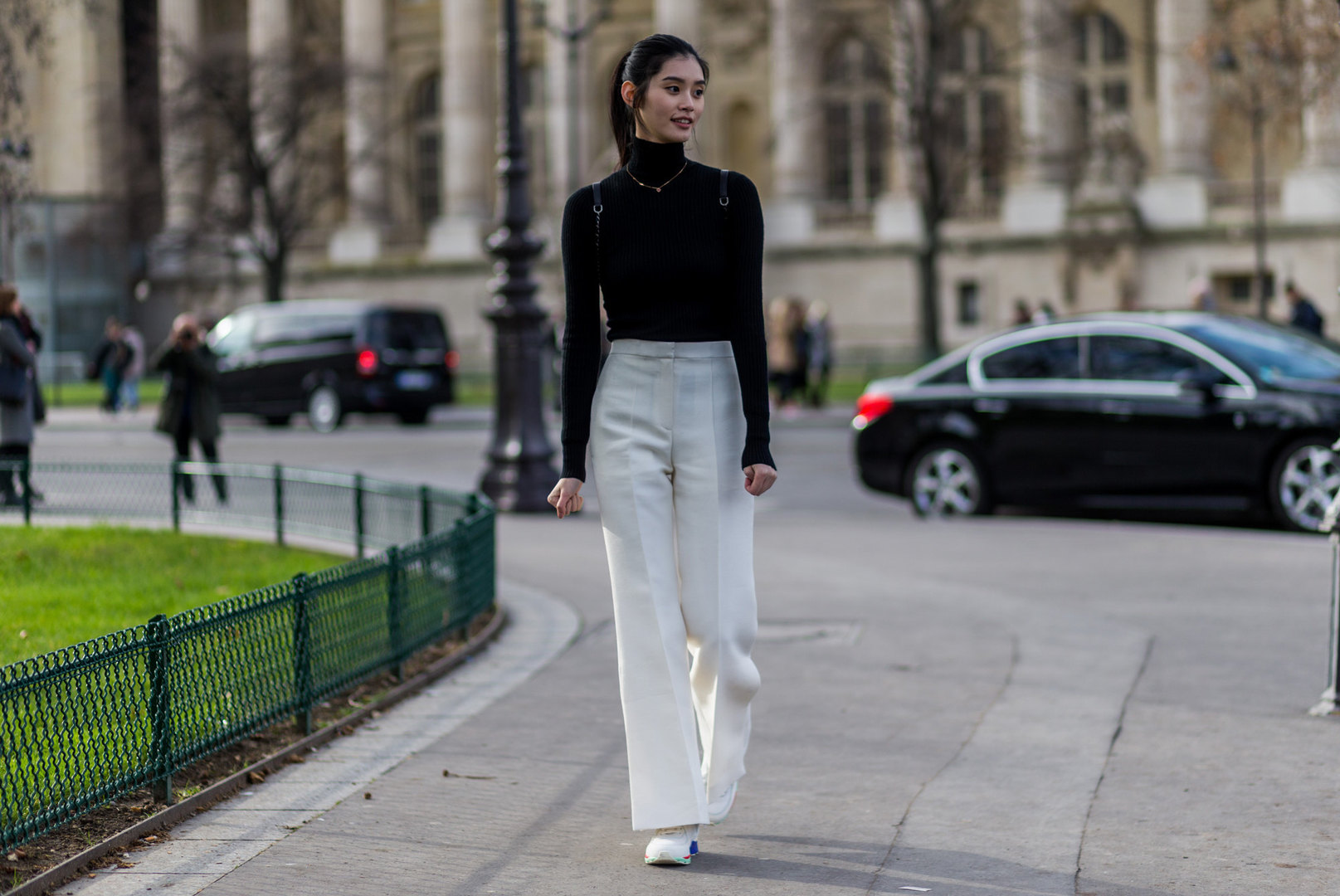 Девушка вводолазке ишироких белых брюках