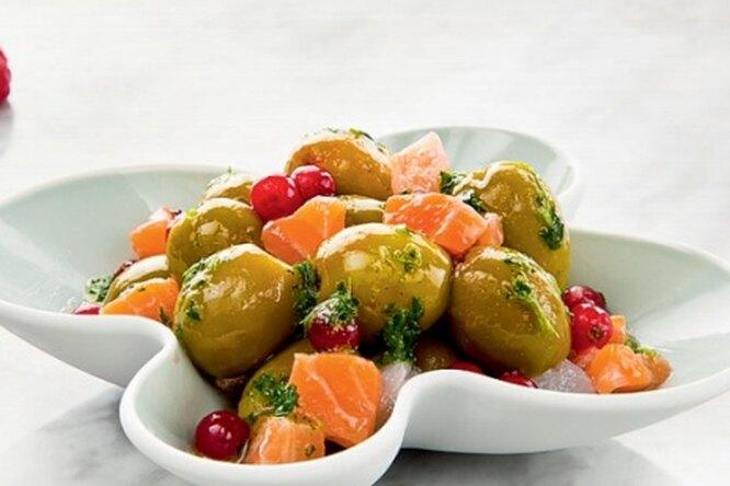 Оливки с копченым  лососем  и ягодным соусом