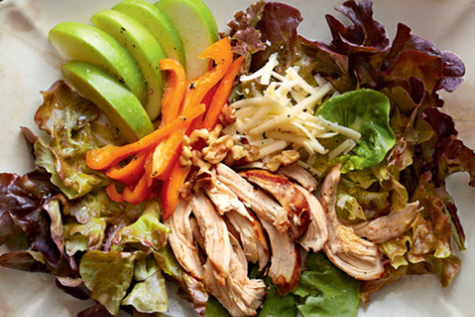 Салат из курицы, яблок и сыра