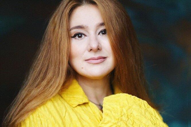 «Самый подходящий возраст, чтобы радоваться жизни»: 44-летняя Юлия Куварзина восхитила поклонников фото безмакияжа