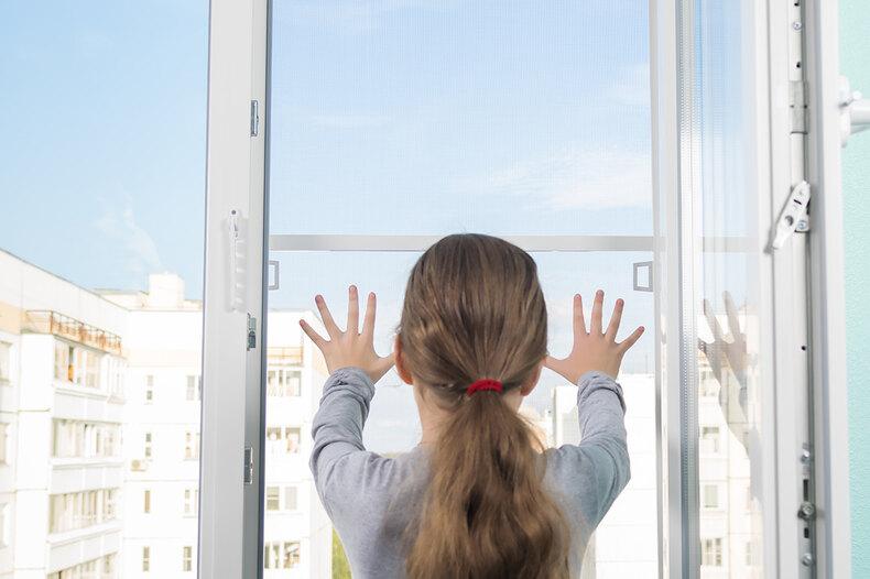 «Сезон открытых окон»: почему москитная сетка неможет спасти детей
