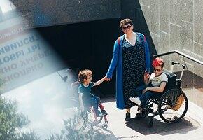 «И значит, надо бороться»: мама двух сыновей с инвалидностью — о доступной среде