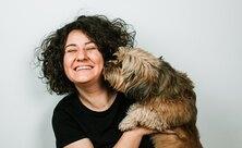 «Был весь вмусоре игрязи»: женщина спасла уличного пса инаучила верить людям