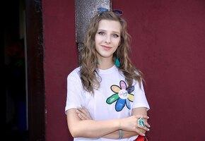 «Молодая жена»: Лиза Арзамасова позирует в купальнике