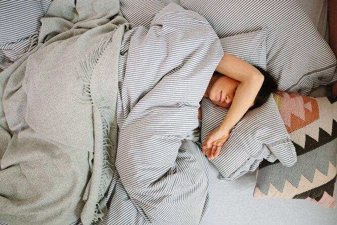 Женщина под одеялом