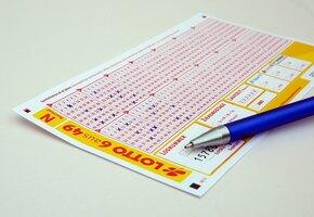 Дедушка купил внуку 6 последних лотерейных билетов. Один оказался золотым