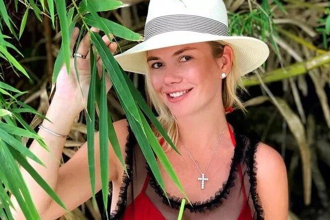 «Красивая, озорная, молодая»: телеведущая Анастасия Трегубова демонстрирует стройную фигуру вбикини