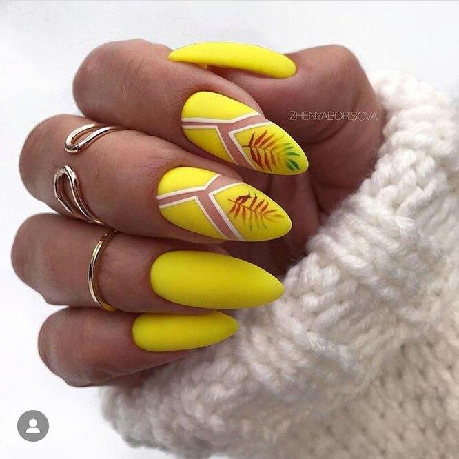 желтый маникюр с геометрическими элементами