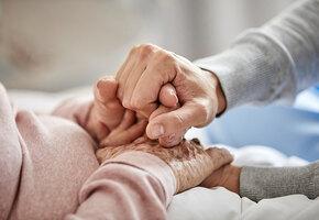 «Она не виновата в старости»: подруги не отдали в дом престарелых одинокую вдову