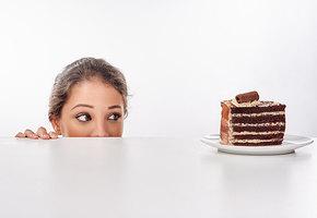 Шоколадка перед сном: почему организм требует сладкой и вредной еды?