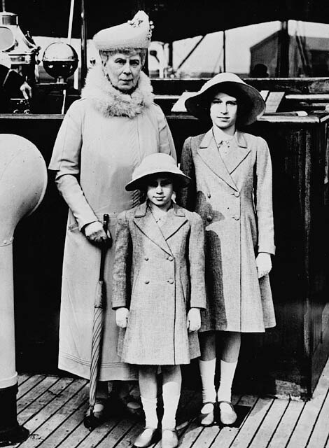 Королева Мария с внучками: Елизаветой, будущей королевой Елизаветой II, и Маргарет