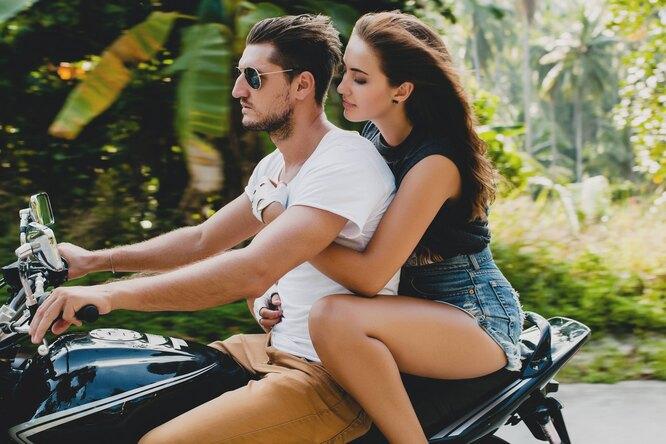 Молодая пара на мотоцикле
