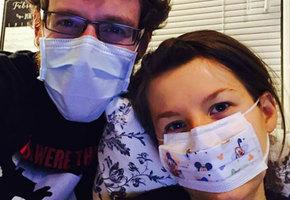 Они не целовались больше года. Каково это — жить с аллергией на собственного мужа