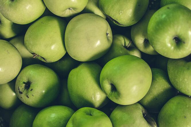 Зеленые яблоки и бананы