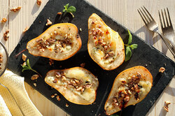 Груши, запечённые створожным сыром иорехами «макадамия»