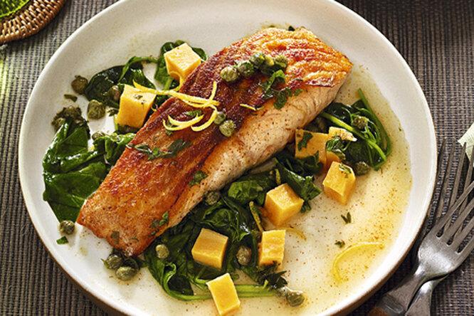 Жареный лосось с тыквой и шпинатом
