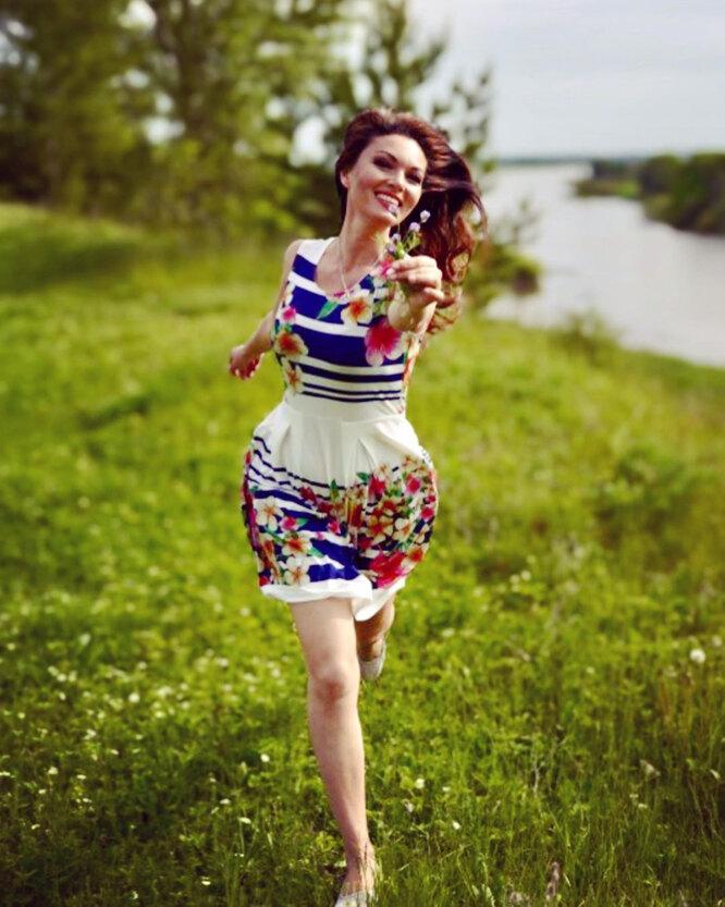 Юлия Такшина в ярком летнем образе