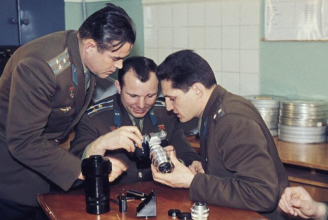 Юрий Гагарин с друзьями