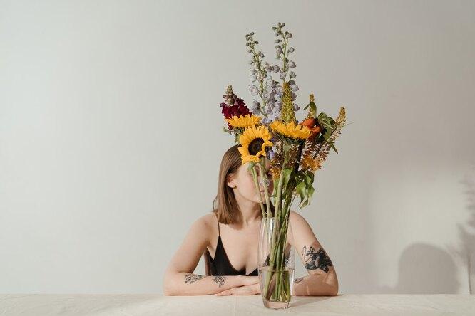 девушка с букетом. цветы в вазе, 14 февраля одной