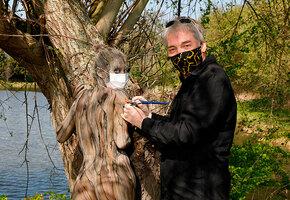 Художник «прячет» обнаженных людей в лесах и полях. Сможете найти?