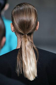 девушка с волосами, зачесанными назад