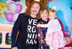 «Спортсменка и просто красавица»: трехлетняя дочь Игоря Николаева восхитила поклонников ловкостью (видео)