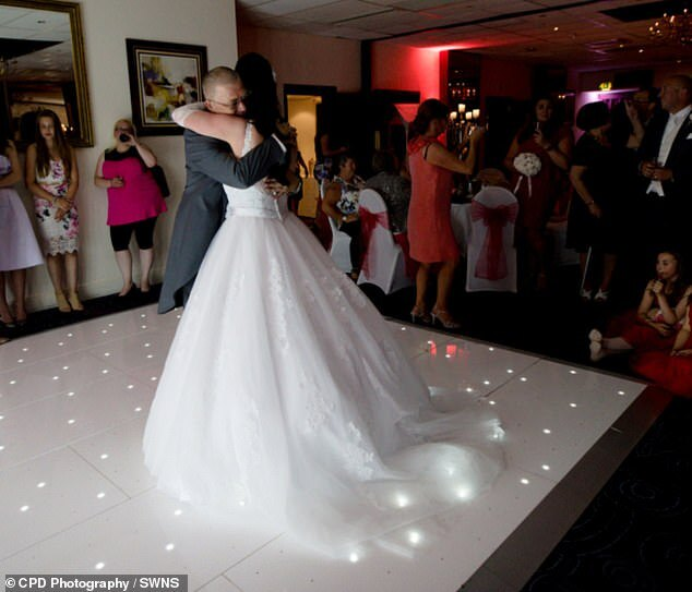 Ким Лири танцует с отцом