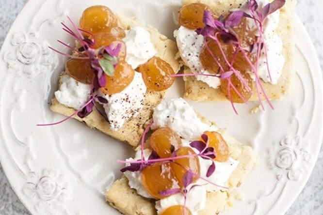 Соленое печенье с козьим сыром и вареньем
