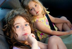 Братья 2 и 5 лет угнали мамину машину и проехали 5 км в поисках дедушкиной фермы