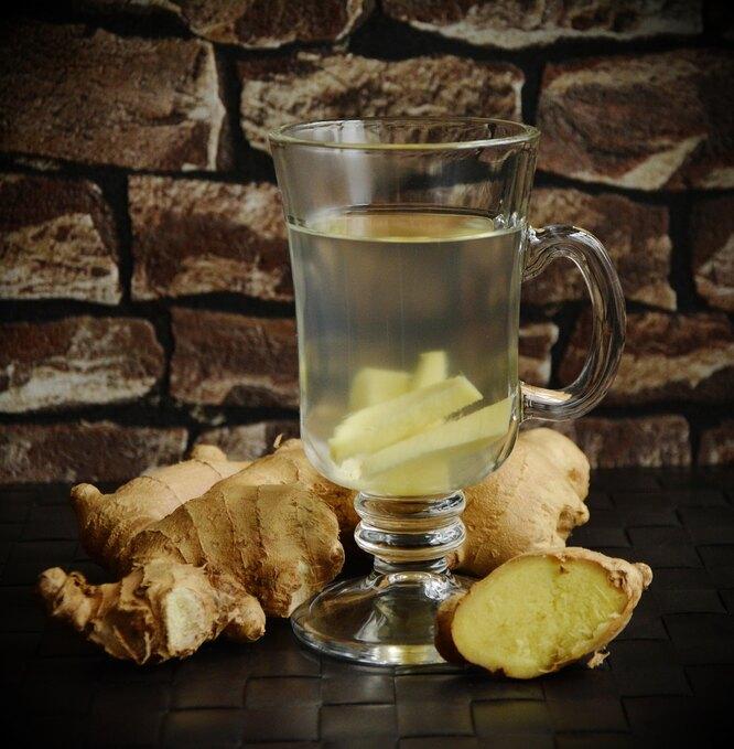 имбирь порезанный, чай имбирь, настой имбиря, чай имбирный в стакане