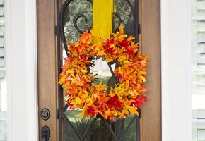 Оригинальное украшение для дома своими руками. Венок из осенних листьев