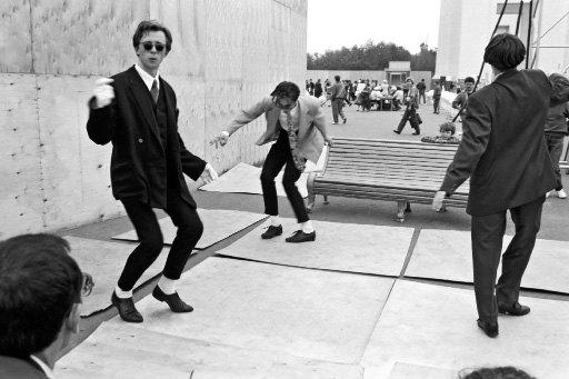 мужчины танцуют