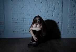 «Обзывали, били»: американка подала в суд на школы, в которых ее обижали